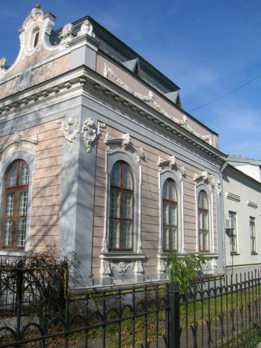 Привет. Помогите определить архитектурный стиль постройки. Западная Украина, город Сокаль. Построена 1903 году Австро-Угорской империей как банк.