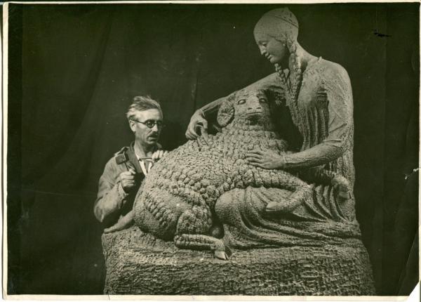 Господа, помогите узначть что за скульптор изображен на фото!