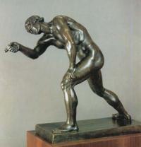Кто автор статуи «Парень, играющий в бабки»?