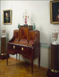 Бюро красного дерева с розетками. Между 1800-1810 гг.
