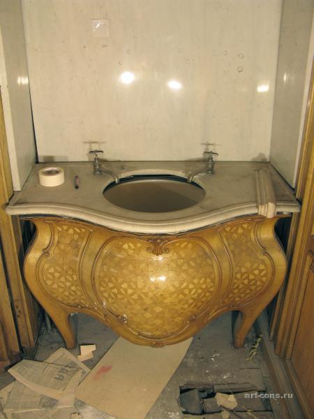 Умывальник в туалетной комнате книгохранилища и библиотеки Мельцера. до реставрации