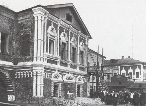 Группа исследователей у дома Голицына, конец 1920-х.