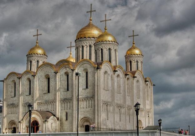 Какие декоративные элементы не использовались в облике фасада Успенского собора во Владимире?
